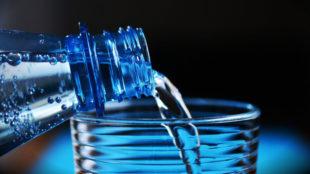 botella-agua-cuanto-beber-litros