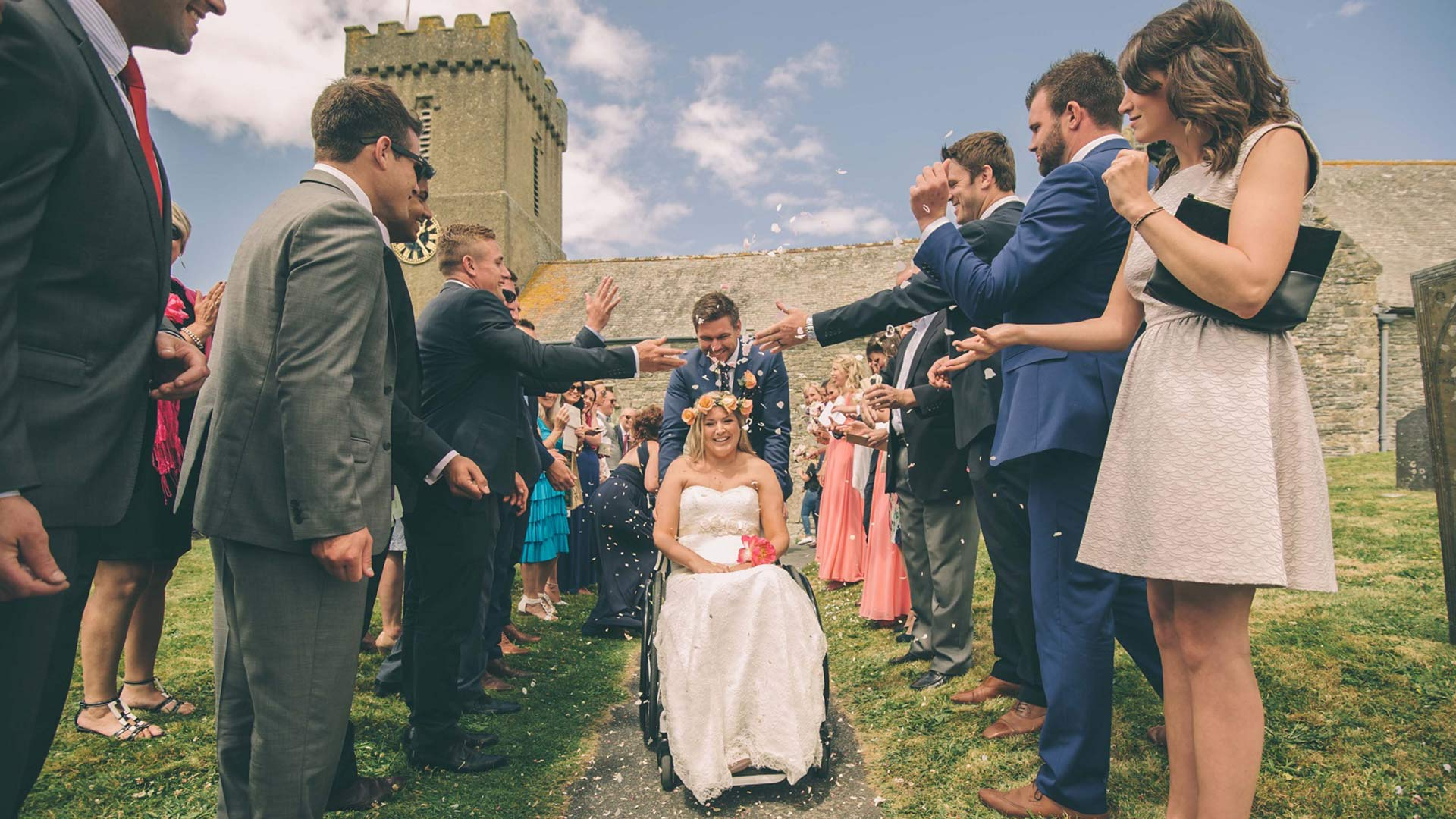 Conoceremos unas parejas que decidieron mantenerse unidas ante la adversidad y los problemas de salud y que celebran el día de su boda como el gran triunfo de su amor